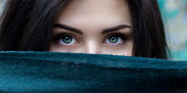 Cómo delinear tus cejas paso a paso con maquillaje