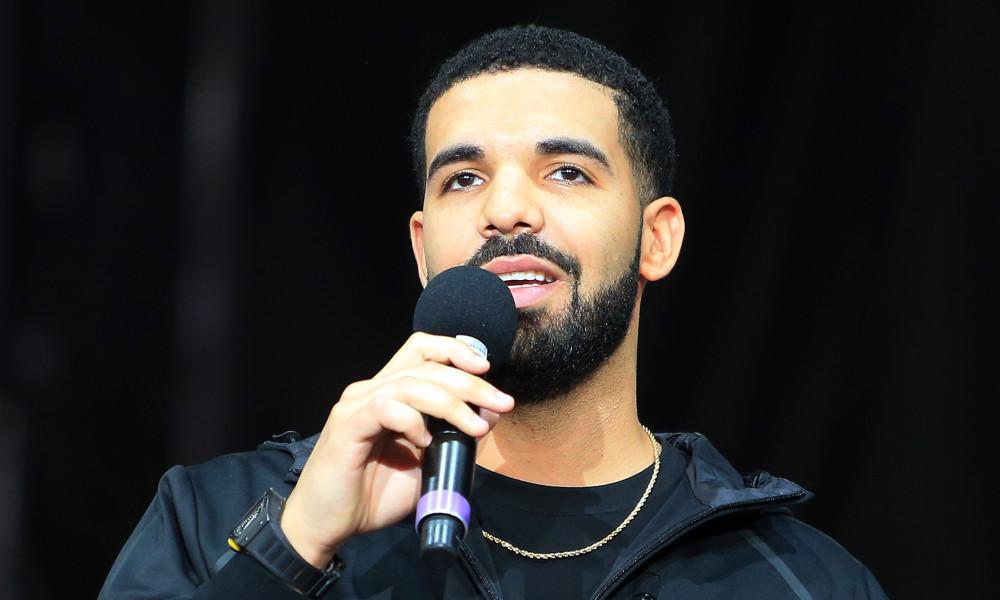 Drake para un concierto para enfrentarse a un acosador