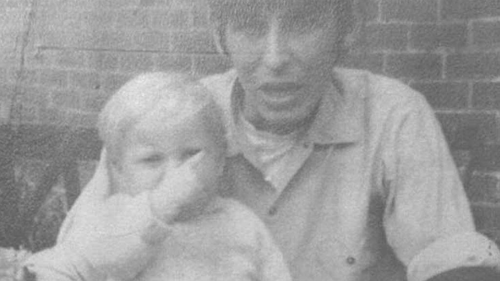 Descubren que mató a su hijastro por una foto de Facebook 50 años después