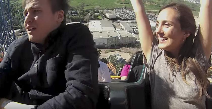 El vídeo viral de la pareja que rompió en una montaña rusa