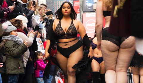 Estas mujeres improvisaron un desfile en la calle contra Victoria's Secret