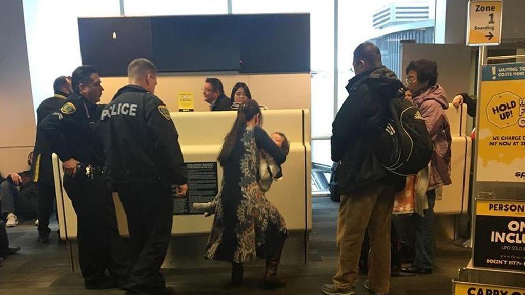 Expulsada de un avión por amamantar a su bebé
