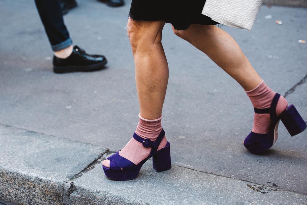 La guía definitiva para llevar sandalias con calcetines este invierno