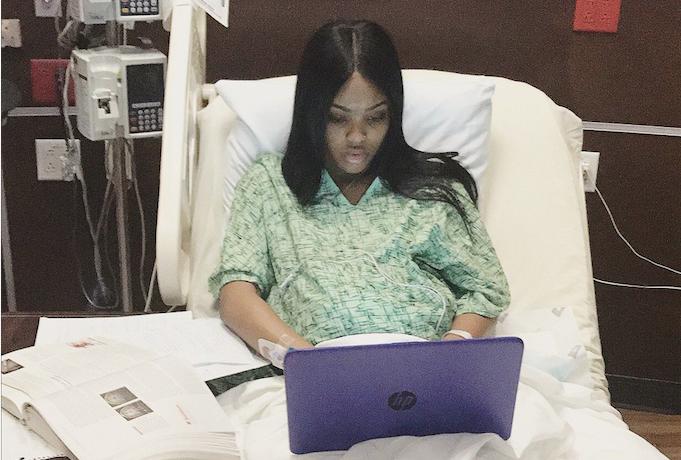 universitaria estudiando en el parto
