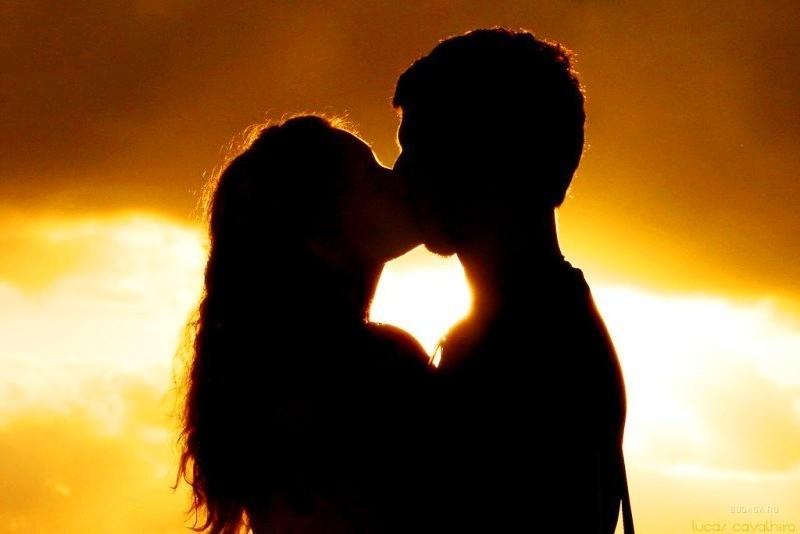 Dos delincuentes en plena fuga se detienen para darse un apasionado beso