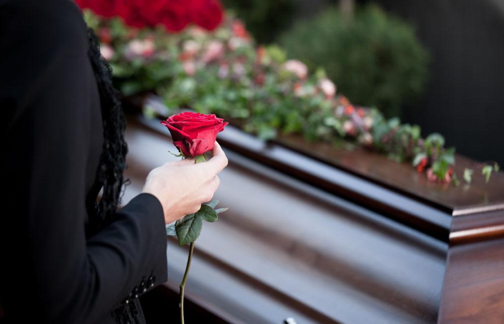 Muere una embarazada de 9 meses y da a luz en el ataúd