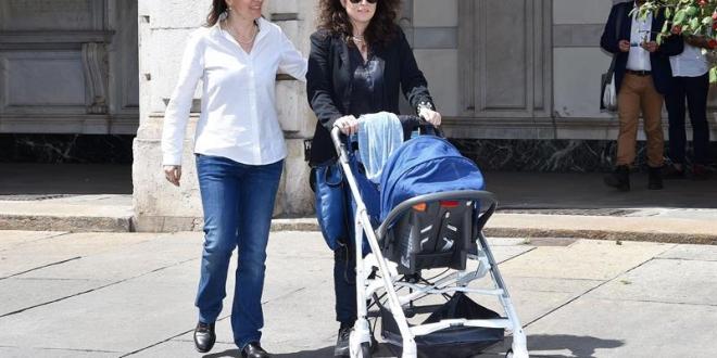 Esta pareja lesbiana con un hijo tendrá que mentir para poder registrarlo