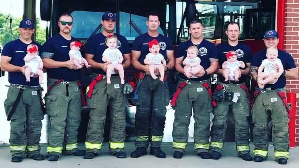 El misterio de los siete bomberos que han sido padres a la vez