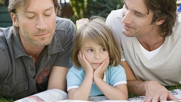 Una niña que defiende a una compañera acosada por tener dos padres.